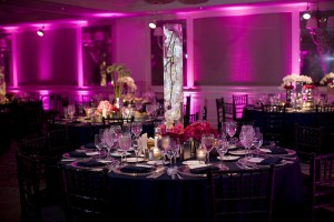 deco-salle-mariage-violette-eclairee